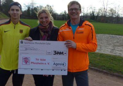 Constantin Preis, Jutta Bischoff und Roland Hiller bei der Übergabe des Schecks auf dem Gelände des TVP